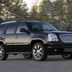 GMC Yukon Denali 2011: Tiene un motor Vortec 6.2 litros V8  SFI  VVT (Vlvulas de Tiempo Variable) que genera 403CV a 5.700rpm y un torque de 417lb-pie a 4.300rpm, que se acopla a una transmisin automtica de seis velocidades con modo de cambios semiautomticos y a un sistema de traccin en las 4 ruedas e incluye caja de transferencia y diferencial trasero. Su consumo es de 14mpg (22.5mpg) en ciudad y 18mpg (29kmpg) en carretera.