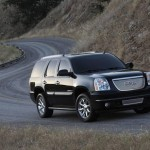 GMC Yukon Denali 2011: Mide 5131mm de largo, 2007mm de ancho sin espejos, 1953mm de alto y tiene una distancia entre ejes de 2946mm. Su tanque de combustible tiene una capacidad de 98 litros. Su peso total es de 3.310kgs. Recordemos que el GMC Yukon tambin es ofrecido en una variante Hibrida.