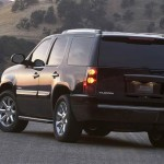 GMC Yukon Denali 2011: Entre su equipamiento de serie incluye aire acondicionado, asientos delanteros de ajuste elctrico, control de velocidad, vidrios y seguros elctricos, sistema de control remoto, cajuela elctrica, faros de halgeno con reflectores pticos de alta densidad, faros de niebla delanteros, quemacocos elctrico, direccin hidrulica, radio con CD y Mp3, conexin auxiliar (iPod y Mp3) y ocho altavoces. Su precio para EEUU es de 56.645 dlares.