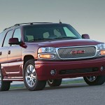 GMC Yukon Denali 2011: Es una SUV moderna y de gran tamao con capacidad para siete pasajeros que supera  los estndares ms elevados en lujo y tecnologa. Una de las caractersticas de esta SUV es su parabrisas inclinado que logra crear una silueta aerodinmica que favorece el ahorro de combustible y reduccin de ruido.