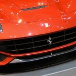 El Ferrari F12 Berlinetta cuenta con un rabioso motor 6.3 litros V12 atmosférico que genera 740CV a 8.500rpm y un torque de 690Nm a 6.000 rpm, asociado a una transmisión de doble embrague con tecnología F1. Este poderoso motor brinda una aceleración de 0 a 60millas (0 a 100kms) en tan solo 3.1 segundos y una velocidad máxima superior a las 211mph (340kms/h). El Ferrari F12 Berlinetta promete un consumo un 30% inferior (15 litros/100 km) y unas emisiones de 350 g/km.