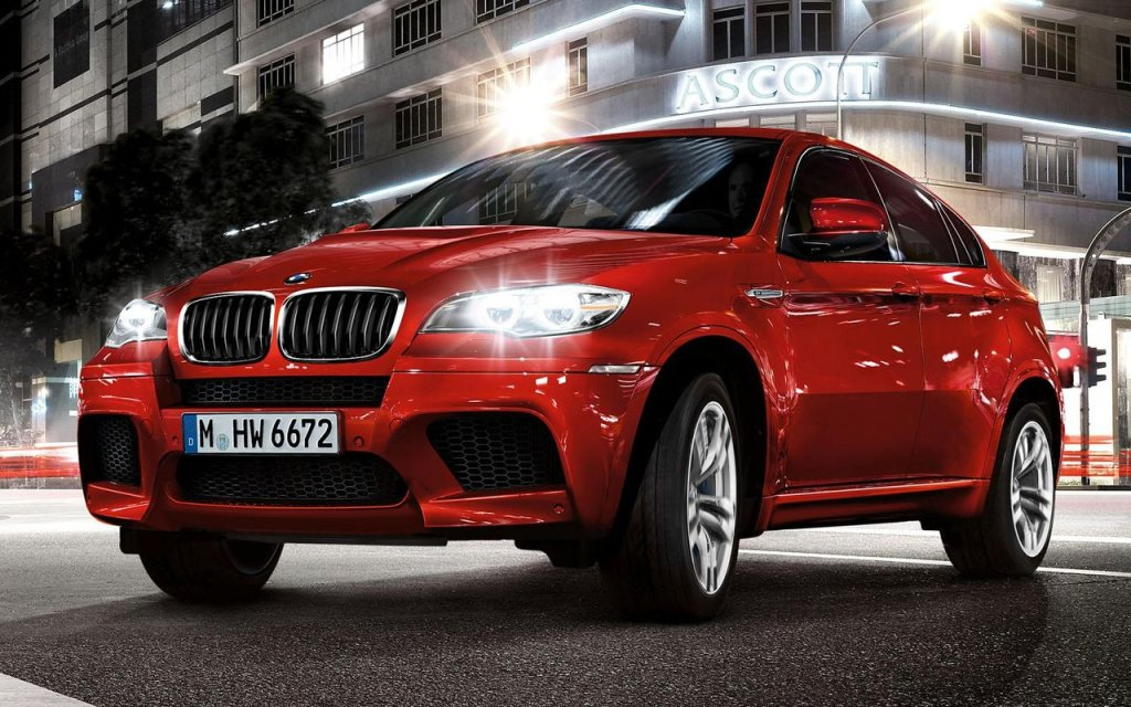 El BMW X6 M 2012 tiene un motor de 4.4 litros V8 biturbo, que ...