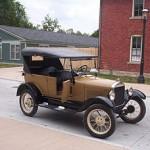 Ford T: El primer carro que construyó y lanzó al mercado la firma del Ovalo Azul fue el Ford  T, un carro de bajo precio. El Ford T era un carro de bajo costo que se fabricó desde 1908 a 1927. Siendo el primer carro de la historia producido en serie, popularizando la adquisición de los carros.