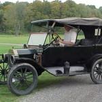 Ford T: La compañía aspiraba a que el Ford T  fuera concebido para las masas y que todo en él fuera práctico y simple. De sobrio diseño y bajo coste (850 dólares), el Ford T permitía una fácil conducción en comparación con otros carros de su época. Era un carro muy alto, lo que le permitía recorrer los caminos de granjas y atravesar zanjas, ya que en esos tiempos las carreteras eran muy escasas en los inmensos campos de EEUU.