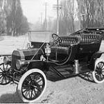 Ford T: Tenía un motor de cuatro cilindros y tan solo 20 caballos de fuerza, con el que alcanzaba una velocidad máxima de 71 km/h, con un peso contenido para su época de 540 kilogramos; consumía un litro cada 5 km.