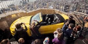 Ford sube un Mustang a la cima del Empire State para festejar sus 50 años.