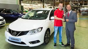 Andrés Iniesta recibe un Nissan Pulsar.