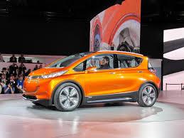 """GM presenta el Chevrolet Bolt EV, un carro eléctrico """"asequible""""."""