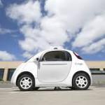 """Carros autónomos de Google ya circulan en rutas públicas: Según el gigante dl internet """"Durante esta fase de nuestro proyecto, tendremos 'conductores de seguridad' a bordo con acceso a un volante, pedales de aceleración y frenado que les permitirán tomar el control si es necesario"""". Estos mecanismos eran las exigencias que impusieron las autoridades californianas para permitir avanzar a la fase de experimentación en la vía pública. Google en efecto obtuvo este permiso en mayo."""
