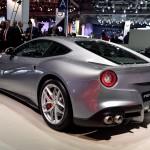 Ferrari F12 tdf: Pero esto no es todo. Además aumenta su par hasta los 705 Nm a 6.750 rpm, aunque el 80% está disponible a partir de las 2.500, estirando sin pausa hasta las 8.900. La vuelta rápida en el circuito de Fiorano, Italia, la completa en 1 minuto y 21 segundos, y sus exclusivas pinzas Extrem Design le otorgan una capacidad de freno de 100 a 0 km/h en 30,5 metros, y de 200 a 0 en 121.