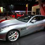 Ferrari GTC4Lusso T: Es un espectacular auto que deriva del GTC4Lusso pero con menor potencia que se hace perfecto para el uso diario. En cuanto a la estética el GTC4Lusso T contará con la renovada imagen de la gama 2016. Además, contará con el novedoso sistema de dirección en el eje trasero que Ferrari denomina 4WS, así como el espectacular interior Dual Cockpit, donde el copiloto cuenta con una pantalla táctil individualizada.