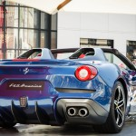 Ferrari F60 América: En el traje exterior del Ferrari F60 América destaca su carrocería bitono en azul con franjas blancas, a imagen y semejanza de varios de los equipos de competición con los que Ferrari ha participado en diversas carreras celebradas en suelo norteamericano. A nivel estético y de seguridad, destacan los dos protectores antivuelco colocados detrás de los asientos forrados en cuero, así como los asientos de competición y los materiales de gran calidad que se reparten por el interior. Aunque la Ferrari es bastante reservada para informar los precios de sus ediciones limitadas es un secreto a voces que el F60 América tiene un precio de un poco más de 2.5 millones de dólares.