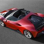 Ferrari J50 2017: Su afilado diseño inaugura un nuevo lenguaje visual en la firma del Cavallino Rampante, adornado con rasgos estéticos que lo emparentan con otros de los mitos de la leyenda de Ferrari. Hablamos de la banda negra que abraza todo el frontal y que desemboca en las tomas de aire sobre las ruedas traseras, un recurso que ya se empleó en modelos tan carismáticos como el GTO, el F40 o el F50. Su precio no fue confirmado.