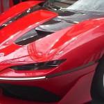 Ferrari J50 2017: Su carrocería es totalmente nueva y única y fue diseñada para darle un aspecto decididamente futurista.Lo que pretendía el equipo de diseño era lograr un dos puestos de baja altura que lograra comunicar  agilidad, para lo cual también imprimieron una fuerte dosis de dinamismo a los flancos laterales. Todo el conjunto emula sin imitar a los Ferraris convertibles de competencia de los años 50 sin utilizar el trillado recurso del diseño retro. Recordemos que la Ferrari no construía un modelo targa desde el célebre 308 GTS por allá en 1985.
