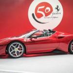 Ferrari J50 2017: Está equipado con el mismo motor del Ferrari 488 Spider. Estamos hablando de un 3.9 V8 turbo pero con una potencia incrementada hasta los 690 caballos de fuerza, es decir 20 CV extras más que en el convertible italiano. La colocación de este motor es central trasera. Su precio no fue confirmado.