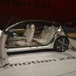 Nissan Vmotion 2.0 Concept: Como prototipo que se respeta, el Nissan Vmotion 2.0 incorpora un interior moderno, y para ello se ha instalado una consola con el lenguaje 'Gliding Wing', compuesto por una gran pantalla en posición horizontal que además de hacer las funciones de cuadro de instrumentos y de exhibir los avisos del sistema de infoentretenimiento, integra la interfaz del sistema ProPILOT. Sí, porque este prototipo es autónomo, con el que gracias a unas cámaras, el coche puede tomar el mando de la dirección, además de frenar y acelerar por sí solo. Este puede funcionar en ciudad y no solo por ciudad y carretera.