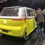 Volkswagen I.D. Buzz Concept: Es impulsado por dos motores eléctricos, localizados uno en cada eje, que le otorgan una potencia total de 374 Hp, transmitidos a un sistema de tracción en las cuatro ruedas. Esto le permite acelerar de 0 a 100 Km/h en 5 segundos y alcanzar una velocidad tope de 160 Km/h. Tiene una batería de ion de litio, situada en el piso del mismo, que le da una autonomía de 600 Km y puede cargarse en 30 minutos.