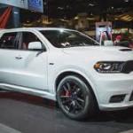 Dodge Durango SRT 2018: Llegará con importantes novedades. Su nuevo diseño exterior más ancho lo convierte en una SUV de más alto desempeño, que se complementa con un diseño exterior igualmente agresivo. En su exterior luce un cambio de imagen agresivo, con una nueva fascia delantera y un capó que atan visualmente el Durango al Dodge Charger SRT Hellcat. Su precio será anunciado en los próximos días