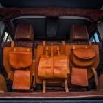 Jeep Wrangler Hunting Unlimited por Vilner: Pero ahí no terminaron las exigencias del exigente cliente. También solicitó cubrir los asientos, tablero, volante y paneles de las puertas con cuero vegetal -se obtiene a partir de residuos de frutas- de color tabaco, decoraciones de metal, y una serie de bolsos para el equipo de cacería.