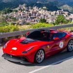 Ferrari LaFerrari F12 TRS Spyder: Esta es la historia de los gustos que el dinero puede dar. Bien sabemos que los modelos de Ferrari son uno de los más exclusivos, deseados y costosos del mundo. Pues bien, un coleccionista y millonario japonés le encargó a la firma del Cavallino Rampante que el creara un modelo único y bien especia. El resultado fue el LaFerrari F12 TRS Spyder, el que será, posiblemente, uno de los autos más costosos creados por el fabricante italiano, un modelo que se basa en el F12 pero altamente evolucionado. No cuenta con techo ni con ningún tipo de capota para proteger a sus ocupantes. Su precio sería de 4.2 millones de dólares.