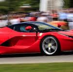 """Ferrari LaFerrari F12 TRS Spyder: Una de las fuentes de inspiración que se tomaron los diseñadores de Ferrari para dar forma a esta espectacular creación fue el Ferrari 250 Testa Rossa de 1957. De él se extrajeron detalles como la pieza transparente del capó delantero que deja ver las culatas rojas del motor (testa rossa) así como la """"joroba"""" que da continuidad a los apoyacabezas. El parabrisas inclinado parece extenderse con las ventanillas laterales y éstas a su vez por las terceras ventanillas. Es como si se tratara de un cinturón de cristal que envuelve al vehículo por encima de la cintura. Su precio sería de 4.2 millones de dólares."""