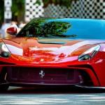 """Ferrari LaFerrari F12 TRS Spyder: Una de las fuentes de inspiración que se tomaron los diseñadores de Ferrari para dar forma a esta espectacular creación fue el Ferrari 250 Testa Rossa de 1957. De él se extrajeron detalles como la pieza transparente del capó delantero que deja ver las culatas rojas del motor (testa rossa) así como la """"joroba"""" que da continuidad a los apoyacabezas. El parabrisas inclinado parece extenderse con las ventanillas laterales y éstas a su vez por las terceras ventanillas. Es como si se tratara de un cinturón de cristal que envuelve al vehículo por encima de la cintura"""