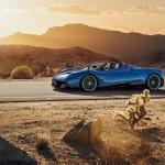 Pagani Huayra Roadster: El Pagani Huayra Roadster no es simplemente un Huayra al que le sacaron el techo, sino que su desarrollo de 6 años fue de los más complicados a nivel ingeniería y desarrollo, ya que se han aplicado nuevos materiales para reducir su peso. Contrariamente a lo que suele suceder, el Pagani Huayra Roadster es más rígido que el coupé pese a la ausencia del techo y, además, es más ligero (1.280 menos, 80 menos que el Huayra Coupé). Esto resulta gracias a los materiales que conforman el nuevo bastidor: carbo-titanio y un compuesto denominado Carbo-Triax HP52, un material incluso más avanzado que los empleados en Fórmula 1, según el fabricante. Su precio es de 2.3 millones de euros más impuestos!!.