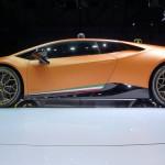 Lamborghini Huracán Performante: Una parte importante en el desarrollo del Lamborghini Huracán Performante es la reducción de peso. Había que lograr rebajar la cifra en la báscula para así mejorar las aceleraciones y el comportamiento. Para ello, se ha recurrido al aluminio y a la fibra de carbono de forma intensiva, hasta alcanzar los 1.382 kilogramos (en seco). También se ha cuidado de forma especial el apartado aerodinámico, hasta el punto de que esta versión genera hasta siete veces más de carga que el Lamborghini Huracán LP 610-4 del que deriva. Tendrá un precio de 195.040 euros más impuestos. Las primeras unidades serán entregadas en verano de 2017.