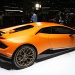 Lamborghini Huracán Performante: Los frenos son perforados de carbono y cuenta con sistema de tracción total permanente con diferencial trasero. Tendrá un precio de 195.040 euros más impuestos. Las primeras unidades serán entregadas en verano de 2017.