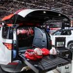 Land Rover Discovery Project Hero-i: La flexibilidad técnica de este SUV también ha permitido que la Cruz Roja austriaca aloje en su interior su propio dispositivo especial de comunicaciones. Además, los ingenieros y diseñadores de SVO han desarrollado un sistema de almacenamiento inteligente que incluye un suelo desplegable y acceso externo mediante unas trampillas laterales. La zona de almacenaje puede reconfigurarse desde el interior del vehículo, mientras éste se encuentra en movimiento, para que los ocupantes no pongan en peligro su seguridad.
