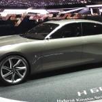 Pininfarina H600:Pininfarina, el diseñador de autos italiano, ha dado mucho de que hablar en el Salón de Ginebra 2017. Primero nos presentó al Fittipaldi EF7, un sensacional y radical coche que se robó todas las miradas y los aplausos. Pero aún tenía otro modelo para mostrarle al mundo. Se trata del H600, un espectacular sedán híbrido con un diseño futurista y una potencia digna de los mejores superdeportivos. No se ha confirmado si llegaría al mercado ni mucho menos su posible precio.