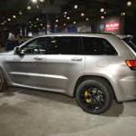 Jeep Grand Cherokee Trackhawk 2018: SU poderoso motor está acoplado a una transmisión automática de ocho velocidades. Además lleva bloqueo del diferencial controlado electrónicamente, sistema de tracción a las cuatro ruedas que dependiendo del estilo de conducción puede variar la distribución de par motor -Auto 40% en el eje delantero y 60% en la parte trasera, Snow 50%-50%, Tow 60%-40%, Sport 35%-65% y Track 30%-70%- y frenos Brembo con discos delanteros de 400 mm y de 350 mm atrás.