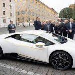 El Papa Francisco recibe un Lamborghini Huracán RWD