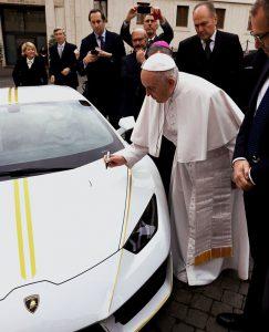 El Lamborghini del Papa Francisco fue rematado